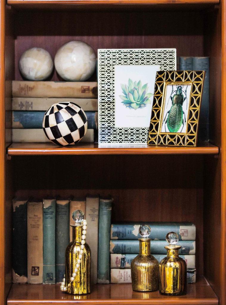 libros antiguos, botellas, cuadros, esferas